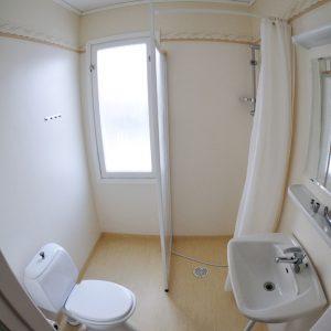 4 Bäder: Dusche, Waschbecken und WC